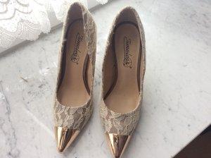 Schuhe aus Spitze mit Goldkappe in 39
