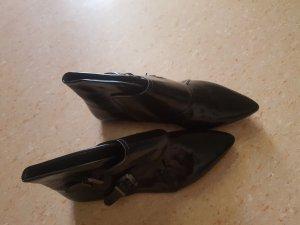 Schuhe in lackoptik mit hohem Schaft und Spitze.