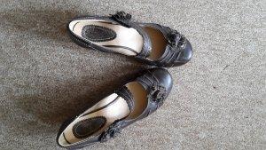 Schuhe mit Blumenverzierung