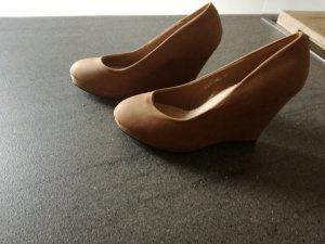 Schuhe mit Keilabsatz in caramel