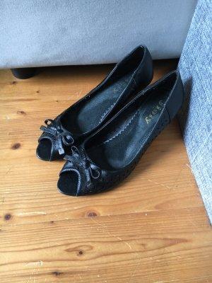 Schuhe mit Keilabsatz und Lochmuster