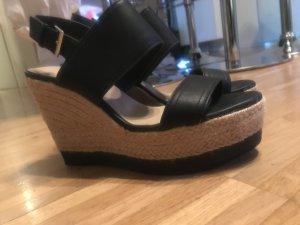 Schuhe mit Keilabsatz und Plateau