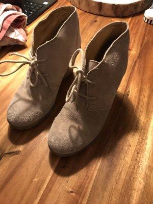 Schuhe mit Keilabsatz von Akria in 38.