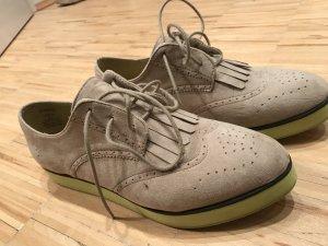 Schuhe mit neongelber sohle