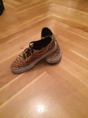 Schuhe von Vans im Tigermuster