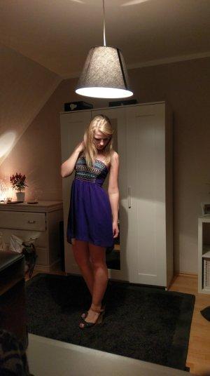 Schulterfreies blaues Kleid mit Verzierungen