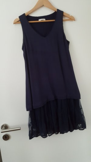 Schulterfreies blaues Sommerkleid mit Spitzenbodüre