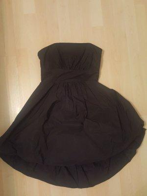 Schulterfreies schwarzes Ballonkleid