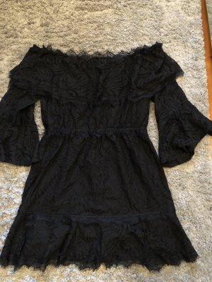 Schulterfreies schwarzes Kleid