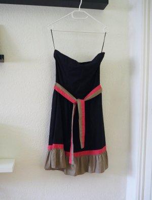 Schulterfreies, schwarzes Kleid mit Trend-Update!