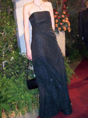 Schulterfreies schwarzes langes Abendkleid