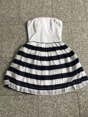 Schulterfreiste Kleid