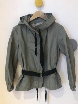 Schumacher: Grau glänzende Jacke mit Gürtel