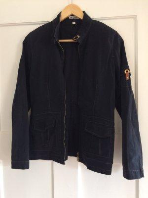 schwarz-blaue Jacke von Insime mit schönen Akzenten