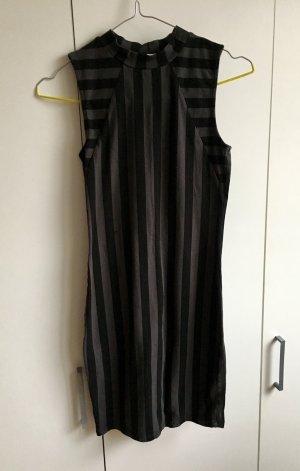 Schwarz - dunkelgrau gestreiftes Kleid mit leichtem Rollkragen