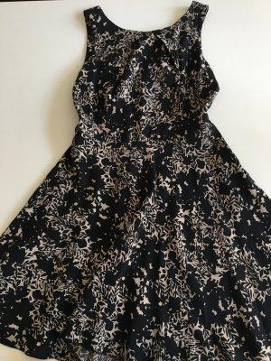 Schwarz gemustertes sommerliches Kleid