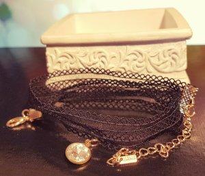 Schwarz gold Choker, Kette, verzierter Stoff, Rüschen, silber Anhänger, Zara