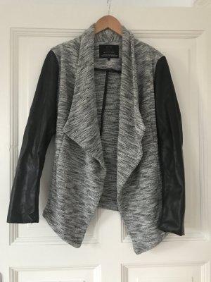 Schwarz-grau-weiße Jacke