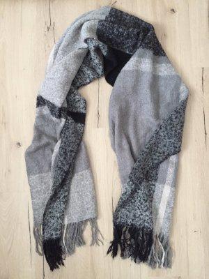 Schwarz, grau, weißer Schal