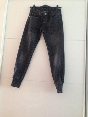 schwarz-graue Jeans mit Fußbund