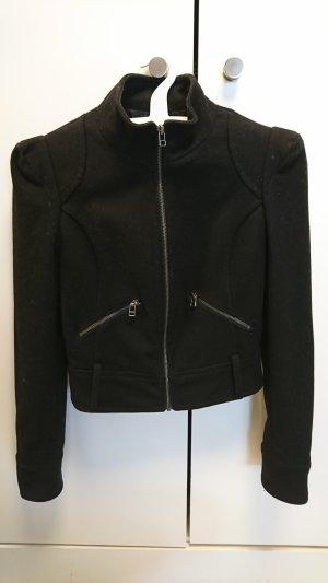 Schwarz kurze Jacke mit hochgestellten Schultern