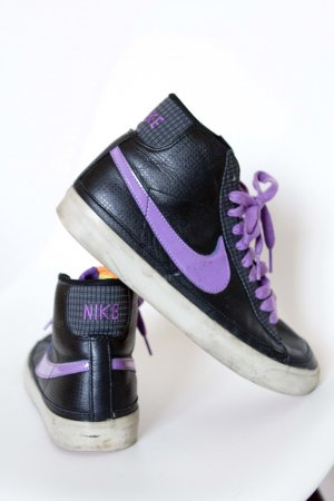 schwarz-lila Nikes aus New York