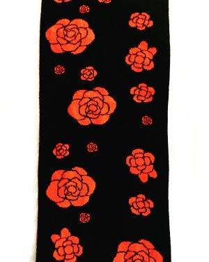 schwarz / orange farbener strickschal / blumenmuster