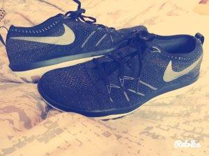 Schwarz - Rose goldener Nike Trainingsschuh