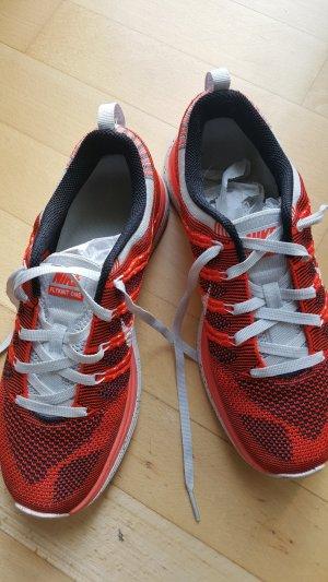 Schwarz-Rote Sneakers Nike Flyknit One Gr. 39 (5,5)