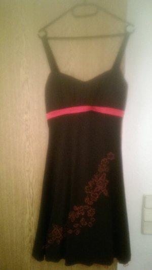 schwarz/rotes Abiballkleid mit rotem Tüll-Unterrock