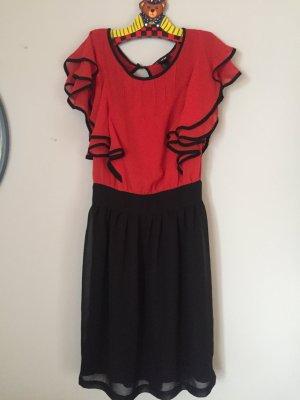 Schwarz rotes Kleid.