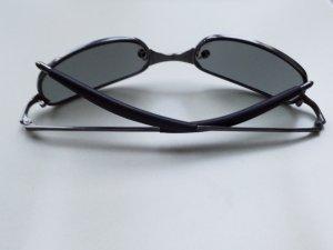 schwarz silberfarbene Sonnenbrille mit schmalen Gläsern