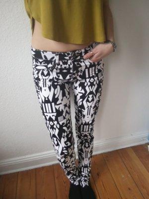Schwarz-weiß gemusterte Skinny-Jeans von H&M