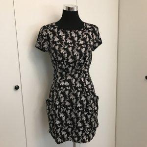 Schwarz weiß gemustertes Kleid