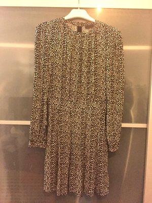 Schwarz-weiß gemustertes Kleid mit Ärmeln