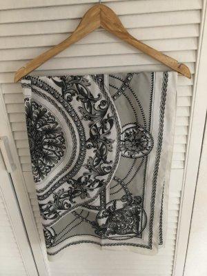 Schwarz-weiß gemustertes Tuch