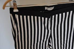 schwarz-weiß gestreifte 7/8 Stoffhose von Pull&Bear