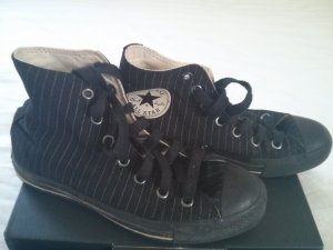 Schwarz-weiß gestreifte Converse (Chucks)