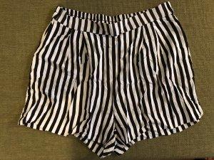 Schwarz-weiß gestreifte Shorts von H&M in Größe 40