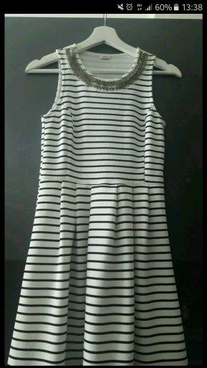 Schwarz Weiß gestreiftes Kleid