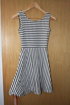 Schwarz Weiß gestreiftes Kleid von sassyclassy