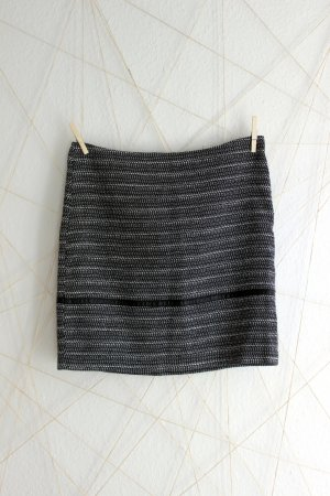 schwarz-weiß gewebter Rock mit Lederziernaht
