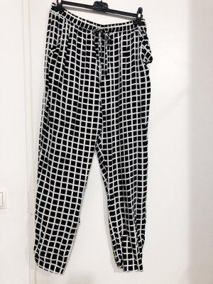 Schwarz-weiß kartierte Hose