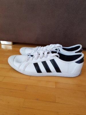 Schwarz-weiße Adidas Sneakers
