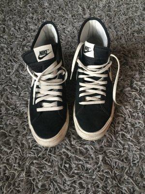 Schwarz weiße Nikes.
