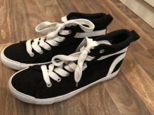 Schwarz-weiße Sneaker