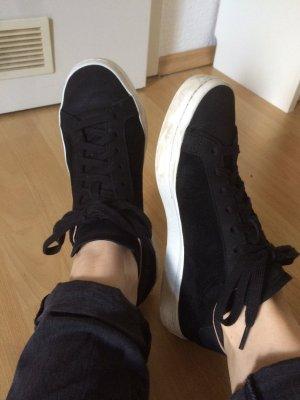 Schwarz-weiße Sneaker von Adidas