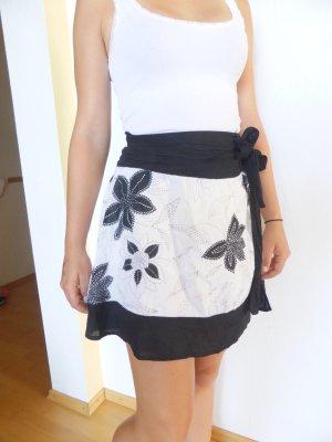 schwarz-weißer Jennifer Taylor Rock mit Blumen