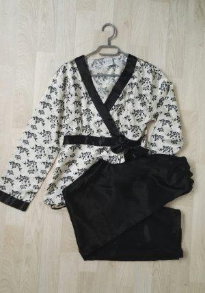 Schwarz weißer Kimonopyjama aus Satin