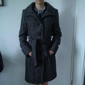 Schwarz-weißer Mantel